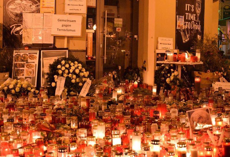 Tausende Kerzen, Blumen und Friedensbotschaften an Tatorten
