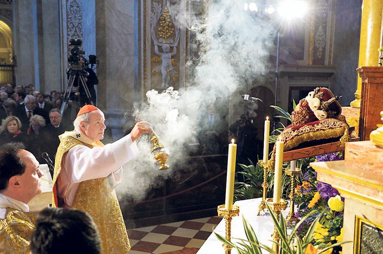 Kardinal Christoph Schönborn beweihräuchert die Schädelreliquie des hl. Leopold