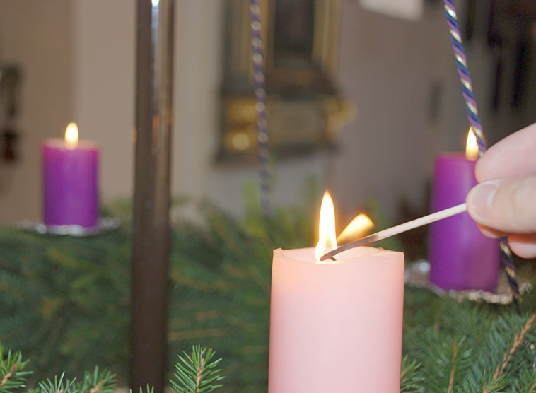 rosa kerzen fur adventskranz europ ische weihnachtstraditionen. Black Bedroom Furniture Sets. Home Design Ideas